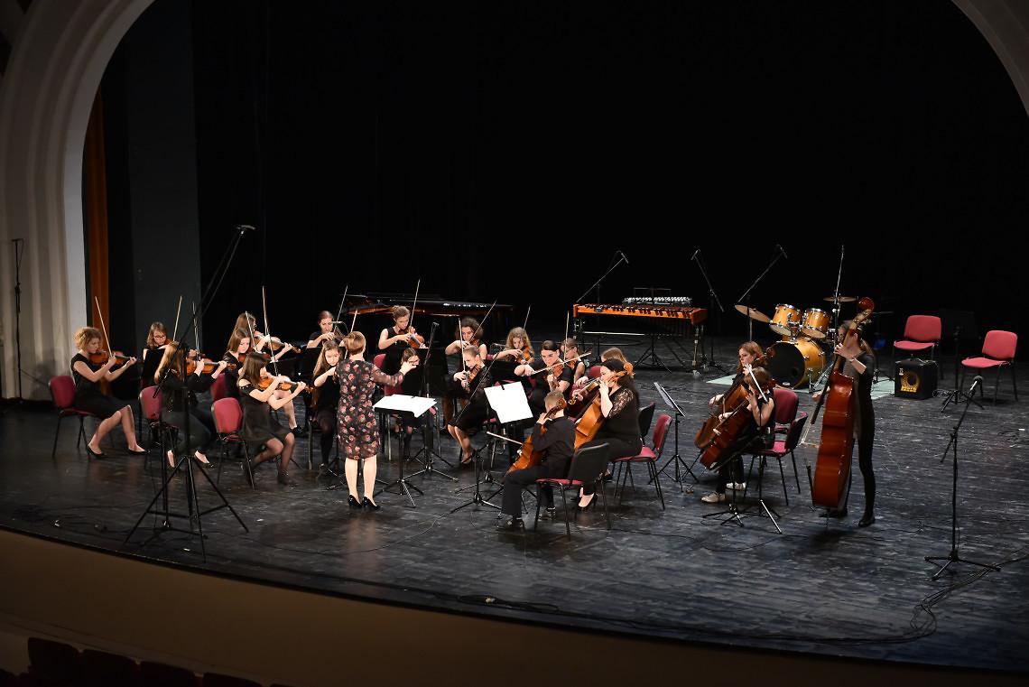 Glasbena šola Trbovlje Dirigentka: Maja Lebar Kotar