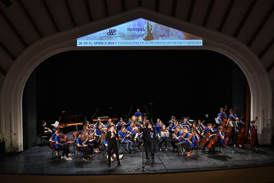 Glasbena šola Celje – mali godalni  Dirigentka: Petra Arlati Kovačič