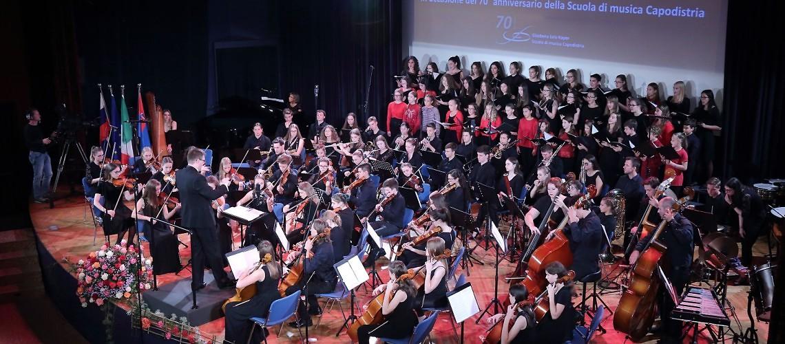 Simfonični orkester »Vladimir Lovec«, Mladinski in Dekliški pevski zbor Glasbene šole Koper, dirigent: Kazimierz Dąbrowski, zborovodkinja: Maja Cilenšek